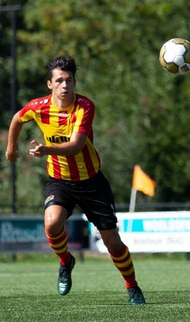 Thijs Bruntink (l) speler van SDOUC in actie tijdens de bekerwedstrijd tegen FC Winterswijk. Foto: FCW