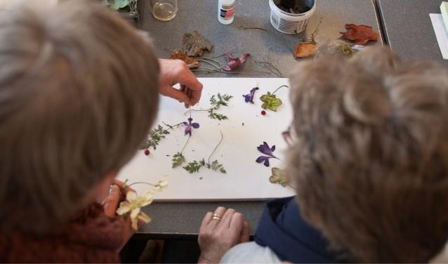 Ouderen van Maria Postel maken een Portret Boeket. Foto: Ronald Falke