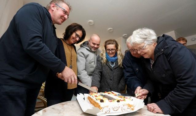 De terugkeer naar de Dahliastraat wordt gevierd met gebak. Foto: Hans Prinsen