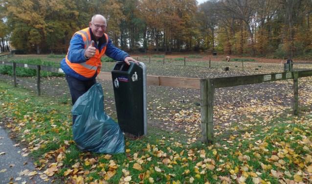 Een van de Vordenaren die een afvalbak geadopteerd heeft is Antoon Peters. Foto: Jan Hendriksen
