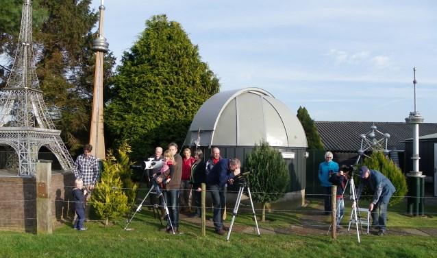 Bezoekers in de tuin van het Achterhoeks Planetarium in Toldijk. Foto: PR