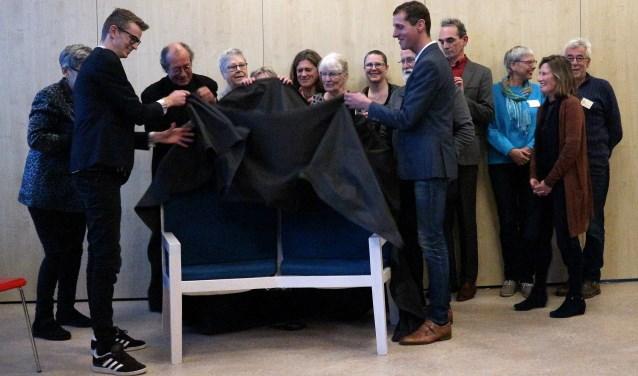 Wethouder Ten Broeke onthult samen met de ontwerpers de SOMASONO® bank. Foto: PR