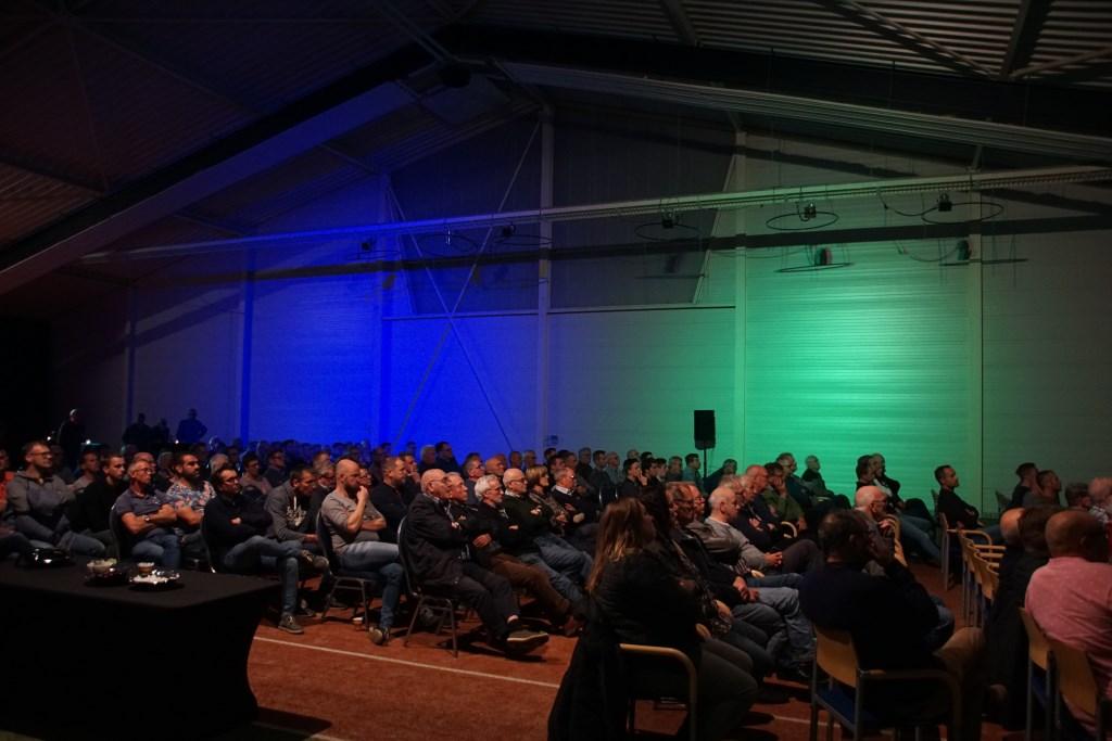 Een goed gevulde zaal met 'gruun' en 'blauw'. Foto: Frank Vinkenvleugel  © Achterhoek Nieuws b.v.