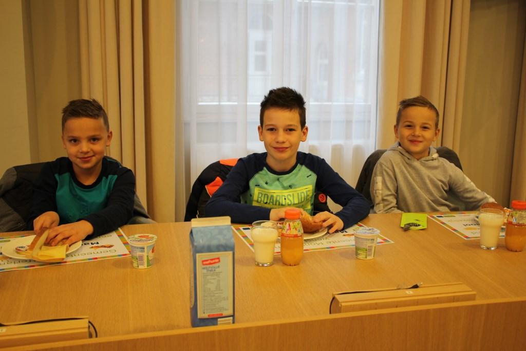 Tim, Simon en Bent aan het ontbijt. Foto: Marlous Velthausz  © Achterhoek Nieuws b.v.