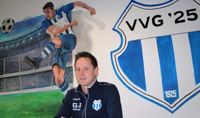 VVG'25-trainer Lars Krabbenborg aan tafel in het multifunctionele accommodatie op Sportpark De Pol. Foto: John van der Kamp