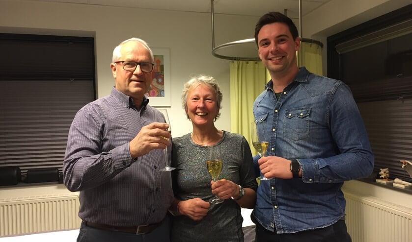 André ter Braak, Elfriede Gosselink en Bas Bruinewoud toosten op een succesvolle voortzetting van de praktijk. Foto: PR