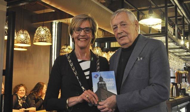 Ferry Broshuis en burgemeester Annette Bronsvoort met het eerste exemplaar van 'Torenwachterstaal'.  Foto: Nick Oostendorp