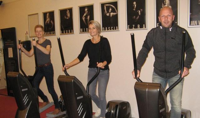 René Grevers, Laura Lindenhovius en Jolanda Geurkink (van rechts naar links) aan het werk op de Miloncirkel van sportcentrum De Tuunte. Op de foto ontbreken Hans van der Vuurst (SKB), Henk-Jan Klooster (SportmedX) en Marloes Schennink (diëtiste Sensire). Foto: Bart Kraan