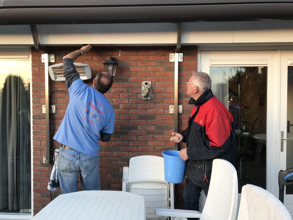 Vrijwilligers Dorpsraad helpen echtpaar met klussen. Foto: Present Bronckhorst  © Achterhoek Nieuws b.v.