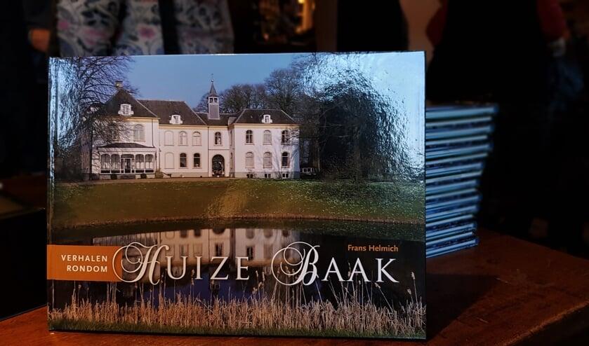 Het rijk geïllustreerde boek 'Verhalen rondom Huize Baak' van Frans Helmich is onder andere bij het Wapen van Baak te koop. Foto: Alice Rouwhorst