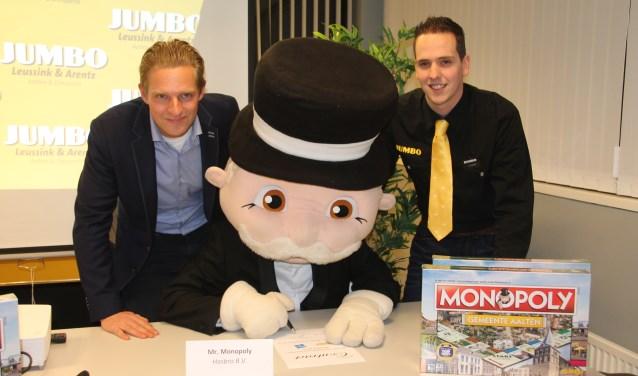 Tijn Leussink (links) en Dennis Klompenhouwer kijken toe hoe 'Mr Monopoly' de overeenkomst voor de levering van meer spellen ondertekent. Foto: Lydia ter Welle