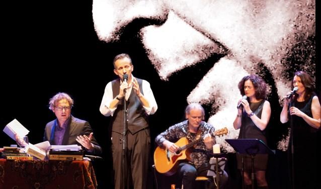Het theatergezelschap met Tom Klein (derde van rechts) en Marlies Claasen (tweede van rechts). Foto: PR