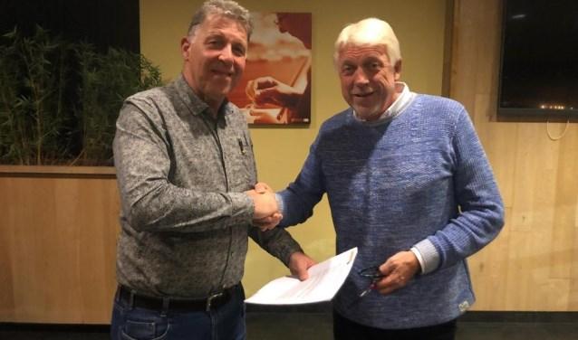 Oud-voorzitter Marcel Eekelder schudt Leo Groeneveld, die nieuwe voorzitter van Longa '30, de hand. Foto: PR