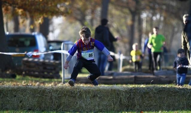 Pepe Wieberdink in actie bij een hindernis van de 1 kilometerwedstrijd. Foto: Nathan Posthumus