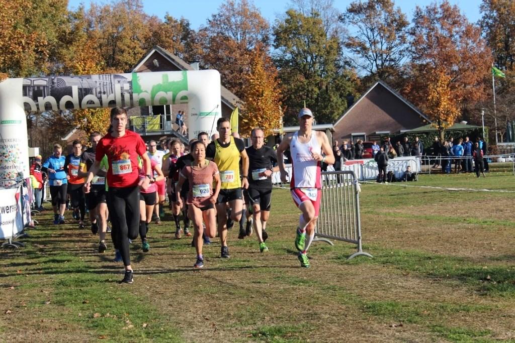 : De atleten van de 10 en 15 kilometer gaan op weg. Foto: Tijn Piest  © Achterhoek Nieuws b.v.