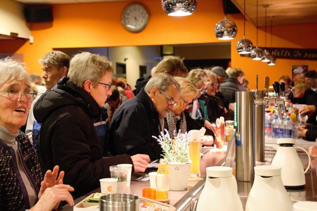 Zelfs aan de bar wordt 'gedeald' in de plaatjes. Foto: Annekée Cuppers  © Achterhoek Nieuws b.v.