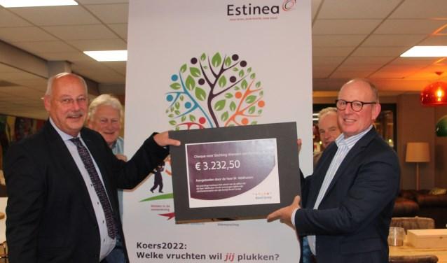 Martin Veldhuizen (links) overhandigt de cheque aan zijn opvolger Henk Hartemink. Op de achtergrond genieten medebestuursleden Nol Nijhoff  (linksachter) en Theo Verhoeven mee. Foto: Lydia ter Welle