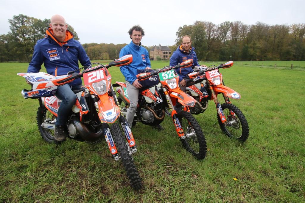 Mark Wasskink, Hans Polsvoort en Robin Nijkamp met het kasteel op de achtergrond. Foto:Henk Teerink  © Achterhoek Nieuws b.v.