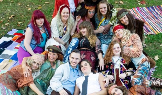 De cast van HAIR neemt de bezoekers mee terug in de tijd, naar de hippiecultuur van de jaren 60. Foto: Sanne Wevers