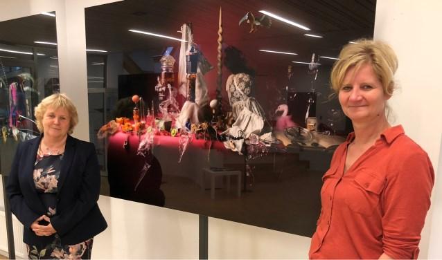 Wethouder Anjo Bosman (links) en kunstenares Mirjan Koldeweij die de stillevens maakte. Foto: PR