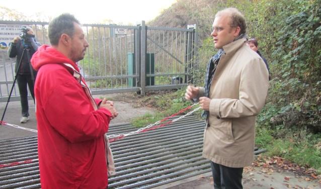Burgemeester Bengevoord praat met actievoerder Raymond van der Laan. Foto: Bernhard Harfsterkamp