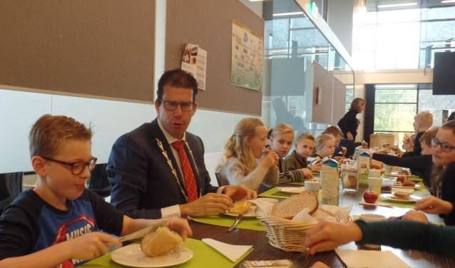 Luuk Kreeftenberg (l) was tijdens het 'Burgemeestersontbijt' druk in gesprek met burgemeester Joost van Oostrum. Foto: Jan Hendriksen