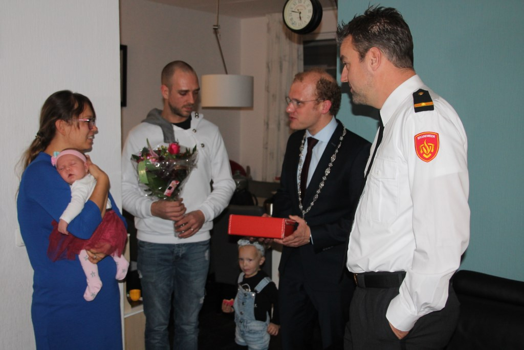 Burgemeester Bengevoord en postcommandant Lieverdink overhandigt de geboortekoffer aan de ouders van Eline. Foto: Lydia ter Welle  © Achterhoek Nieuws b.v.