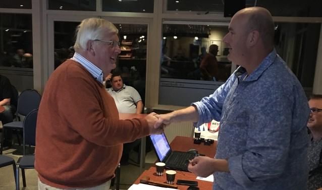 Wim Boom ontvangt de felicitaties van voorzitter Gerbert Smit. Foto: B. Stronks
