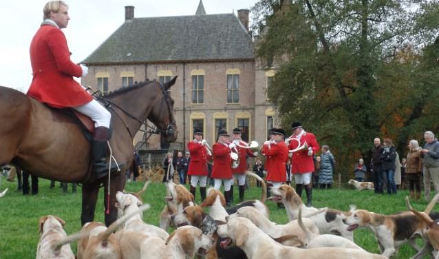 De Slipjacht werd bij Kasteel Vorden onder toeziend oog van de jagers, paarden en de honden door hoornblazers 'aangeblazen'. Foto: Jan Hendriksen
