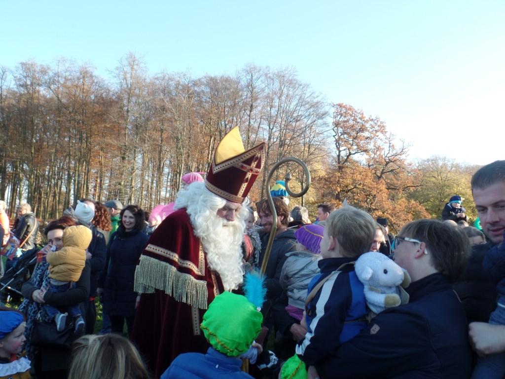 Aam talloze kinderen gaf Sinterklaas even een hand. Foto: Jan Hendriksen  © Achterhoek Nieuws b.v.