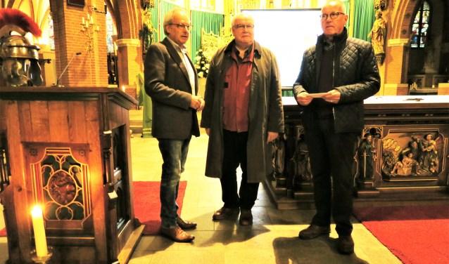 Peter Pothof (links) overhandigt de Sint Maartenprijs 2018 aan Jan Onnink en Gerard Bouwman. Foto: Theo Huijskes