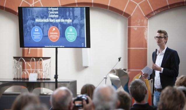 Wethouder Mathijs ten Broeke lanceert www.erfgoedcentrumzutphen.nl. Foto: Patrick van Gemert/Zutphens Persbureau