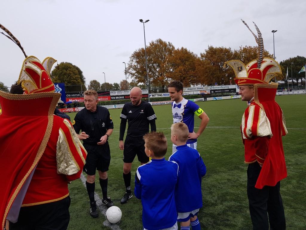 Aanvoerder Mart Willemsen bij de tos, samen met Stadsprins Henk-Jan en Stadsadjudant Maurice. Foto: Henri Walterbos