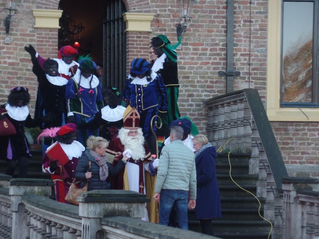 Sinterklaas werd door burgemeester Marianne Besselink en voorzitter Peter Besselink van de VOV welkom geheten. Foto: Jan Hendriksen  © Achterhoek Nieuws b.v.