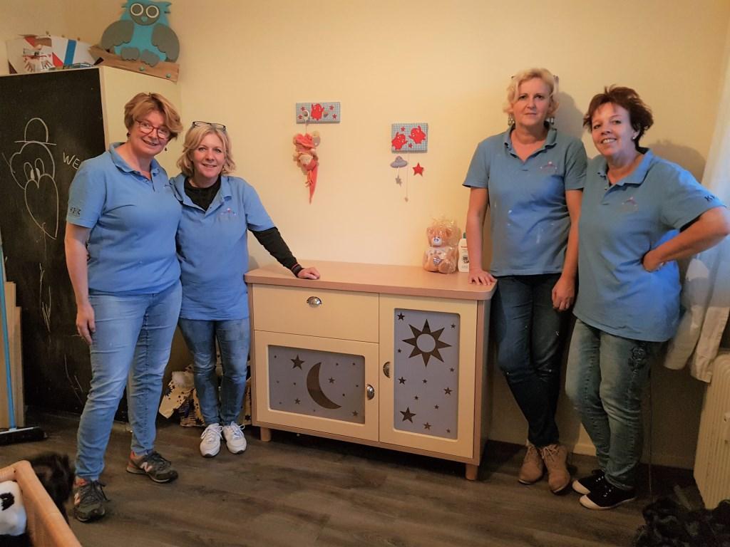 Vrijwilligers helpen alleenstaande moeder bij inrichten babykamer. Foto: PR Foto: Present Winterswijk © Achterhoek Nieuws b.v.