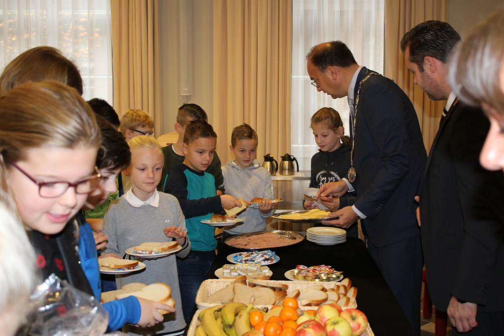 Leerlingen met de burgemeester aan de buffettafel. Foto: Marlous Velthausz  © Achterhoek Nieuws b.v.