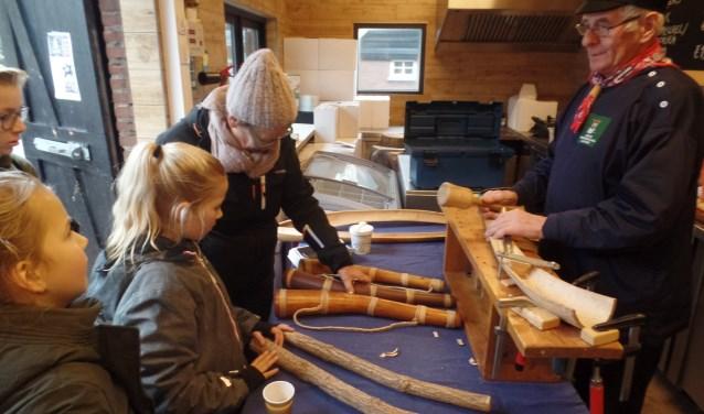 Jan Amtink demonstreerde het maken van midwinterhoorns. Foto: Jan Hendriksen.
