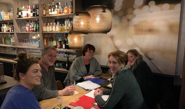 De organisatie (vanaf links met de klok mee: Mira Jansen, Robbin de Jong, Saskia ten Brinke, Corinne Suselbeek en Petra Ankersmit) zet de puntjes op de i voor het weekend van het Glazen Huis. Foto: Miriam Szalata