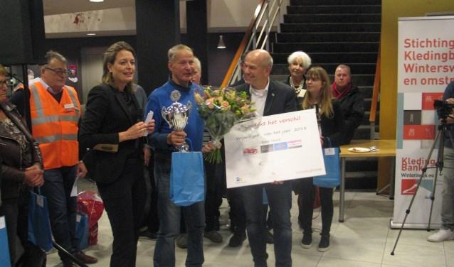Günter Buhck kreeg de vrijwilligersprijs 2018 van de wethouders Saris en Aalderink. Foto: Bernhard Harfsterkamp