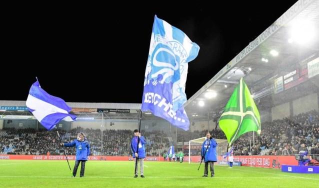 De vlaggen bij de vlaggenparade, zaterdag voor De Graafschap-PEC Zwolle, met rechts de Achterhoekse vlag. Foto: John Mokkink