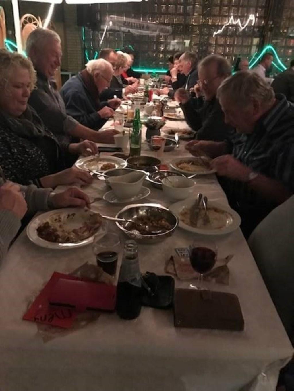 De dorpsbewoners aten samen. Foto: PR