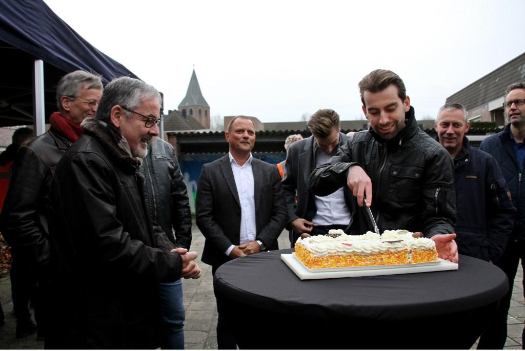 Paul Hofman snijdt taart voor de ingebruikname van de eerste slimme led armatuur in de gemeente Bronckhorst. Foto: Liesbeth Spaansen  © Achterhoek Nieuws b.v.