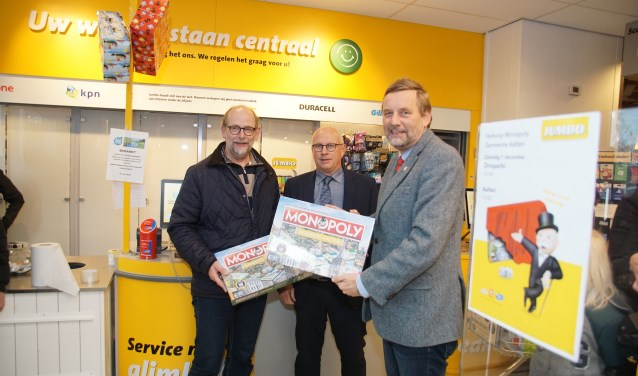 Henk Rijks (links) en burgemeester Stapelkamp flankeren Wilfried Arentz van Jumbo Arentz uit Dinxperlo. Foto: frank Vinkenvleugel