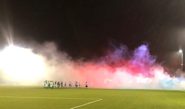 De wedstrijd begon wat later omdat er een mooie sfeeractie was geregeld door de supporters. Foto: K. Van Zuilenkom