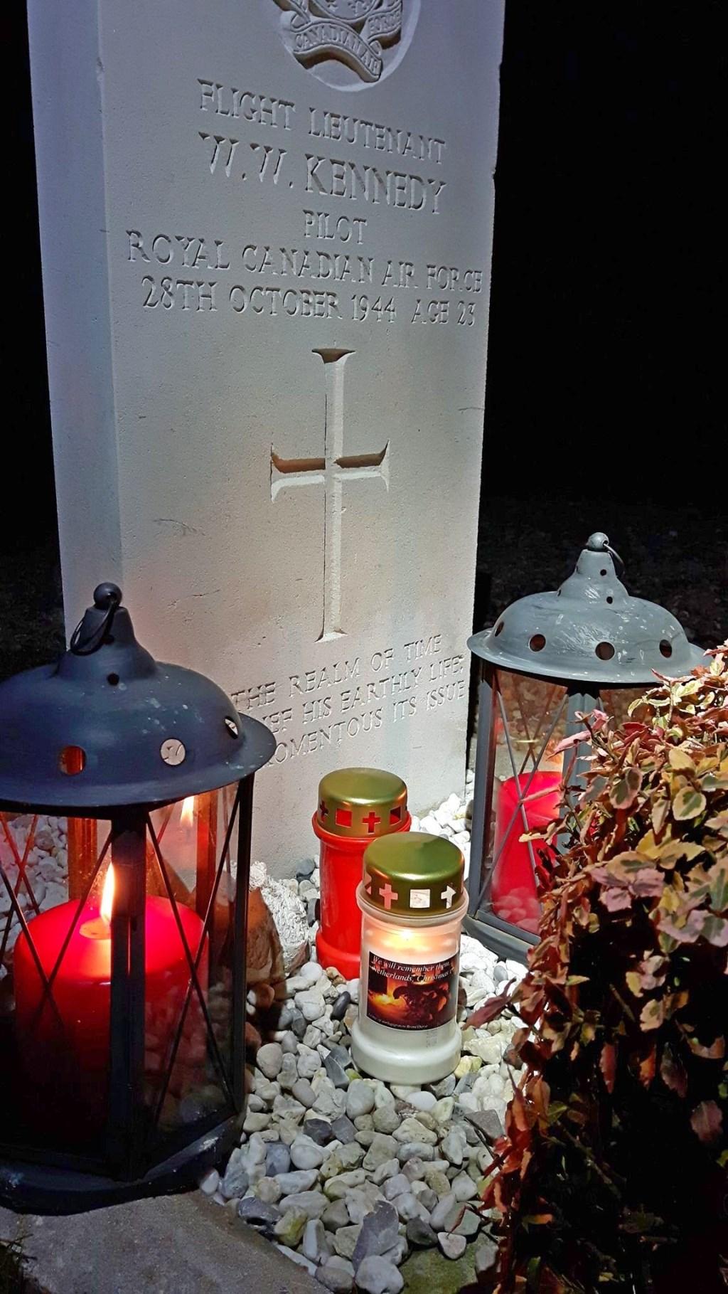Bij het oorlogsgraf in Baak zijn kaarsjes ontstoken. Foto: PR  © Achterhoek Nieuws b.v.