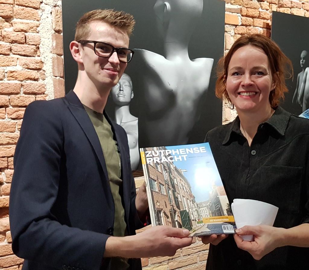 Wethouder Mathijs ten Broeke neemt het eerste exemplaar in ontvangst. Foto: PR  © Achterhoek Nieuws b.v.