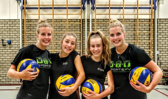 De tweelingzussen Mandy (links) en Anouk (rechts) Nijbroek spelen in het Vordense Dash dames 1 samen met de zusjes Lot en Pien Meijer. Foto: Luuk Stam
