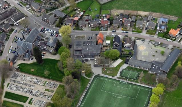 Het hart van Loil, met vanaf links de kerk, de pastorie, de Zomp en de St. Jozefschool. Foto: PR