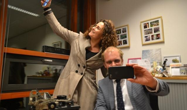 Chantal Hulst en Burgemeester Bengevoord gebruiken hun mobiel voor een selfie voor op social media. Foto: Leander Grooten