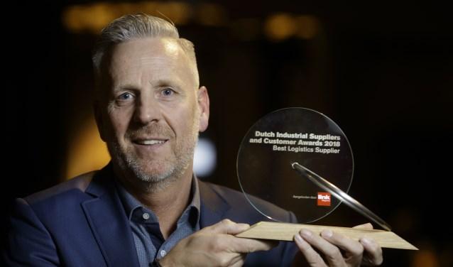 Directeur Casper Gerritsen toont trots de award. Foto: PR/LINK M